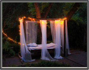 Hanging-bed-in-the-backyard-Home-decor-ideas